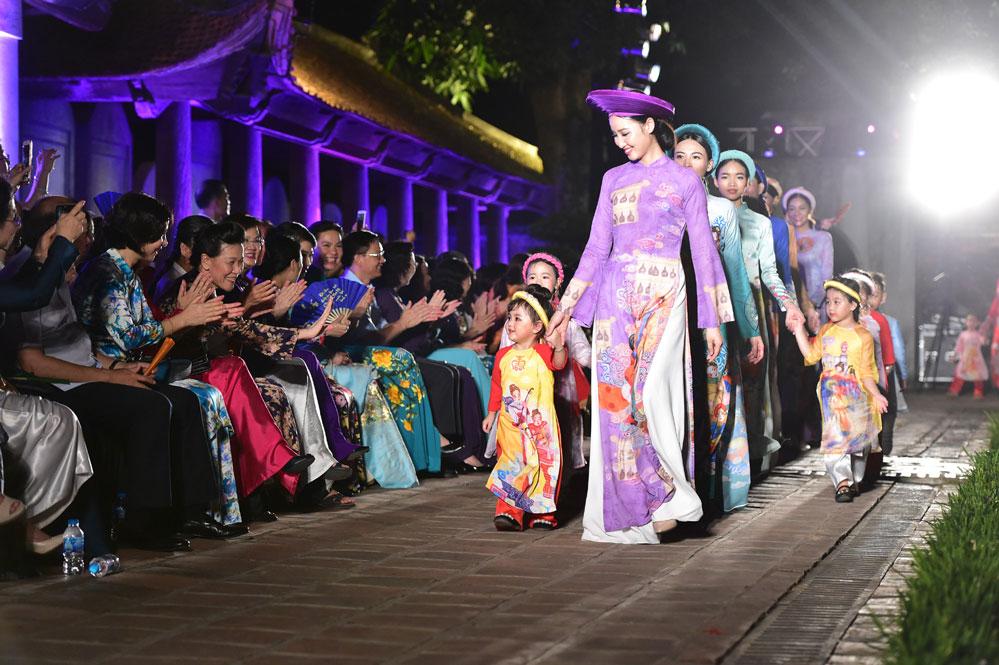 Trình diễn hơn 1.000 mẫu áo dài của 21 nhà thiết kế trong nước